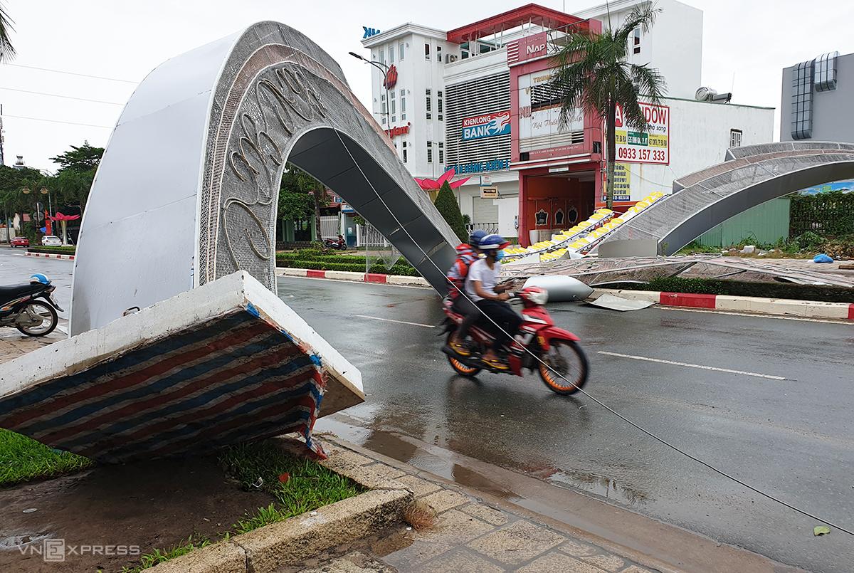 cổng chào bị đổ do thi công kém chất lượng